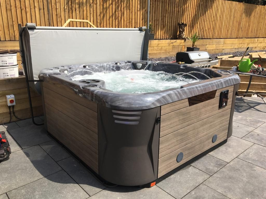 Apex Luxury Hot Tub